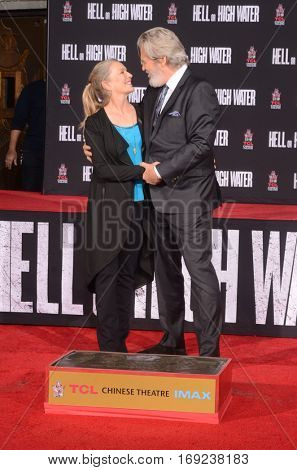 LOS ANGELES - JAN 6:  Susan Geston, Jeff Bridges at the Jeff Bridges Hand and Foot Print Ceremony at TCL Chinese Theater IMAX on January 6, 2017 in Los Angeles, CA