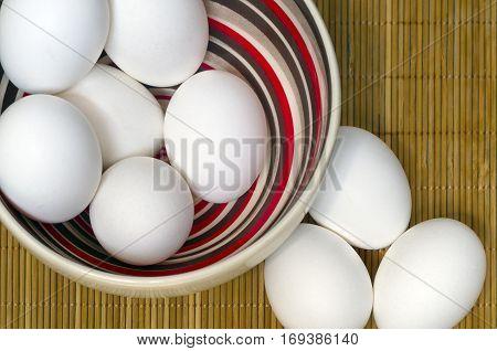 Colored bowl  with white eggs - Tigela com ovos