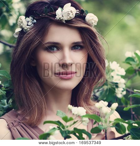 Natural Beauty. Perfect Woman with Healthy Skin and Hair with Flowers