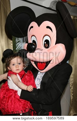 LOS ANGELES - DEC 4:  Amelie Bailey, Mickey Mouse character at the Amelie Bailey's 1st Birthday Party at Private Residence on December 4, 2016 in Studio CIty, CA