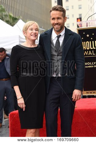 LOS ANGELES - DEC 15:  Ryan Reynolds and Tammy Reynolds arrives to the Walk of Fame honoring Ryan Reynolds on December 15, 2016 in Hollywood, CA