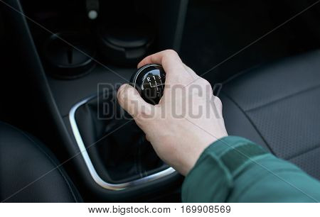 hand on the gear shift manually in modern cars