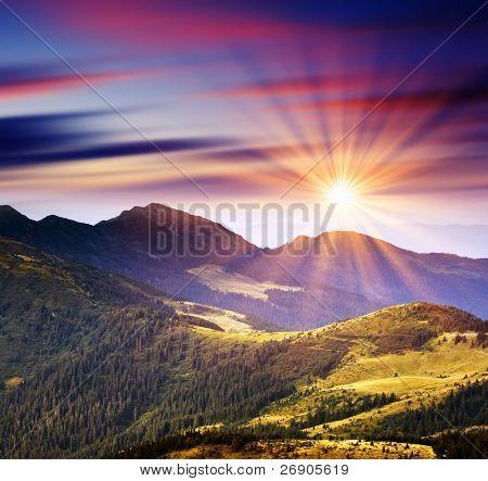 Majestueuze zonsondergang in het landschap van bergen. HDR-afbeelding