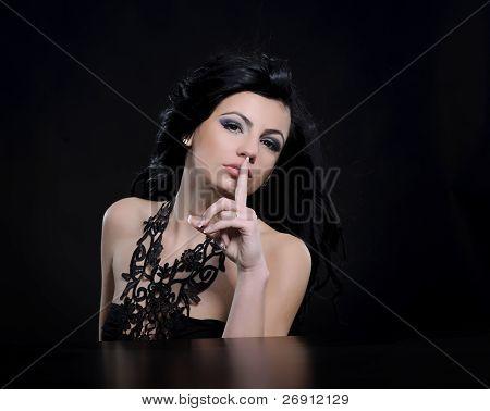 silencio; dedo que mujer en labios