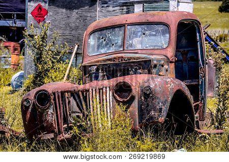 Carro Abandonado Tomado Pela Ferrugem No Interior Do Uruguai