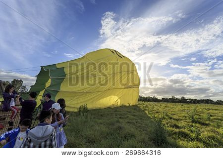 Gold Coast, Australia - November 14, 2018:  People Disembarking From The Basket Of A Balloon After A