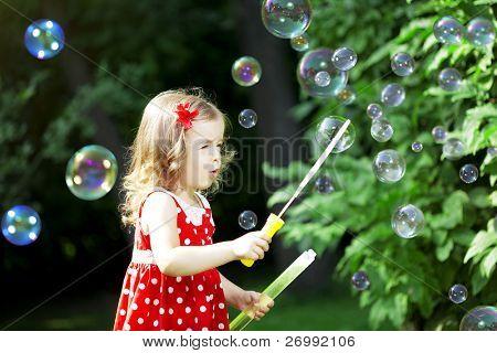 A imagem de uma menina bonitinha com bolhas