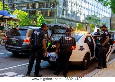 Washington D.c., Usa - May 31, 2020: Police Are Positioned To Confront Protesters During The Death O