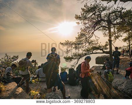 Loei/thailand-17 Feb 2019:unacquainted People With Beautiful Sunset Of Lomsak Cliff Phu Kradueng Mou