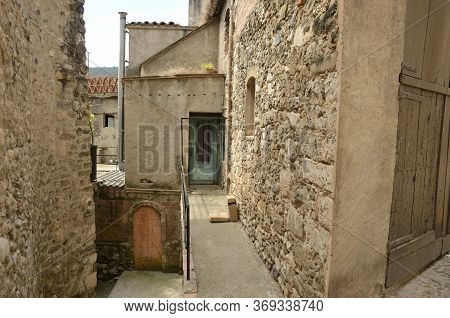 Run-down Alley In Besalu, A Medieval Town Of Girona, Catalonia, Spain.