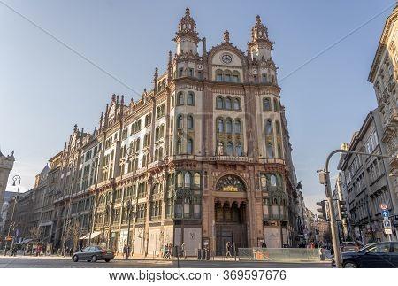Budapest, Hungary - Feb 9, 2020: Majolica Statues Of Brudern House Parisi Udvar Hotel In Sunset