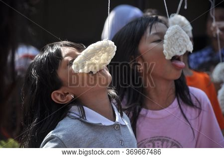 Jakarta, Indonesia-august 17, 2013: Little Child Are Following The Race Eating Crackers In Indonesia