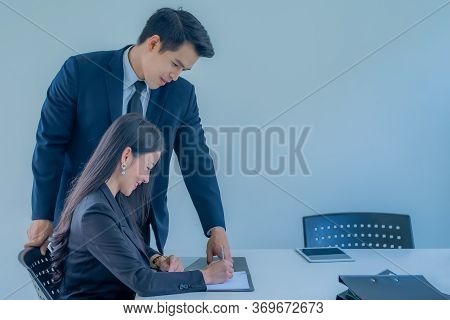 Supervisor Helps New Employee Woman Apprentice, And Mentor During Workday Talking With Subordinate D