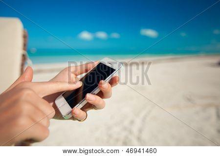 Nahaufnahme des Telefons In Frauenhänden