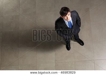 Bild der junge Unternehmer auf der Suche oben. Ansicht von oben