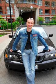 Hombre y su auto