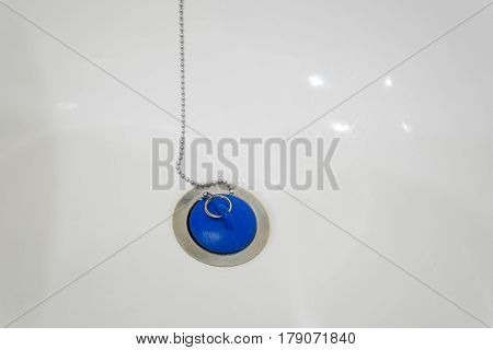 Shut-off device with blue lead and chain in bathtub