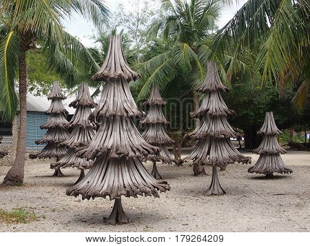 The improvised fir-trees from dry palm leaves