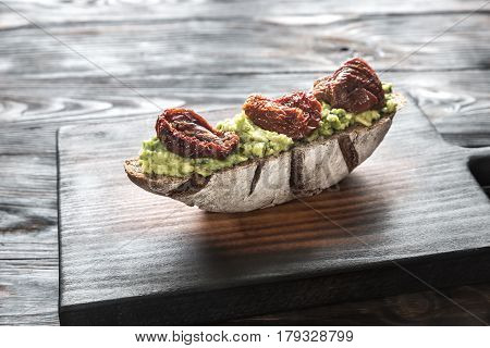 Rye bread sandwich with guacamole and sun-dried tomatoes