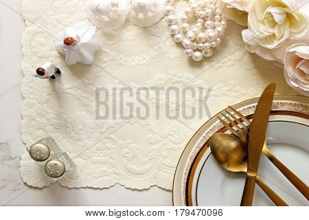 Styled wedding place setting with wedding décor and table setting.