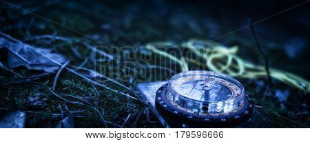 The reference in the darkness of the compass dial is highlighted around is dark the arrow indicating the wayfarer is visible