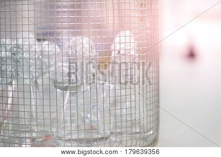 Laboratory equipment in with the grille bucket