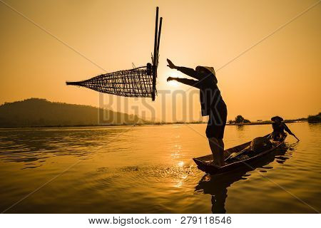 Fisherman On Boat River Sunset / Asia Fisherman Bamboo Fish Trap On Wooden Boat Sunset Or Sunrise In