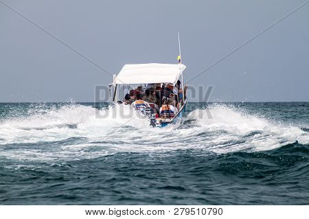 San Bernardo, Colombia - August 31, 2015: Tourist Boat Leaves Mucura Island Of San Bernardo Archipel