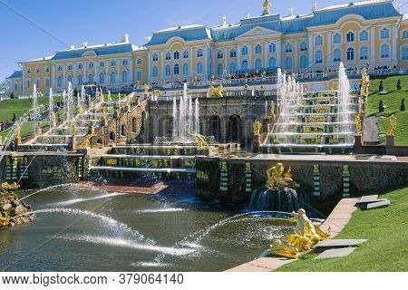Peterhof, Russia - May 30, 2017: The Grand Palace And The Grand Cascade Of Fountains On A Sunny May