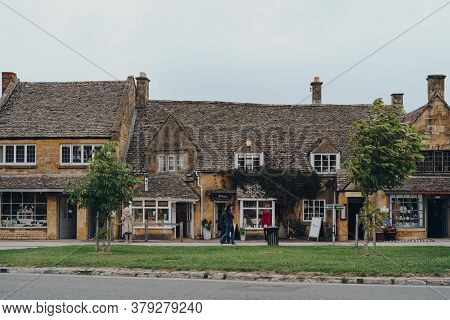 Broadway, Uk - July 07, 2020: Shops On A High Street In Broadway, A Historic Village And Civil Paris