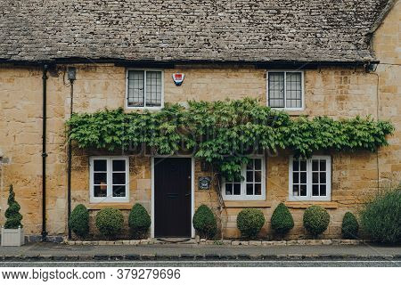 Broadway, Uk - July 07, 2020: Facade Of A Traditional Limestone House In Broadway, A Large Historic