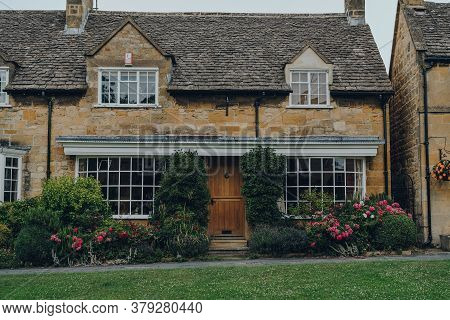 Broadway, Uk - July 07, 2020: Traditional Limestone Cottage In Broadway, A Large Historic Village Wi