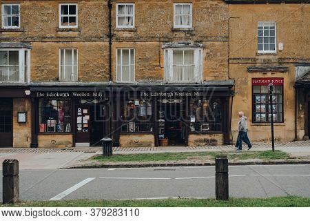 Broadway, Uk - July 07, 2020: Exterior The Edinburgh Woolen Mill Shop In Broadway, A Large Village A