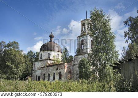 Baskaki, Russia - 27 July 2020, The Village Of Baskaki. Abandoned Orthodox Church Of The Assumption.