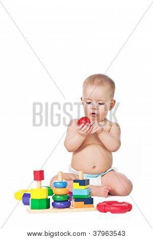 kleines Kind spielen mit Spielzeug auf weißem Hintergrund