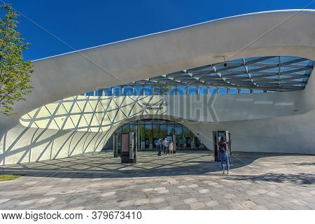 Russi,moscow - 14.08, 2018: People Relax In Modern Amphitheater With Glass Dome In Zaryadye Park Nea