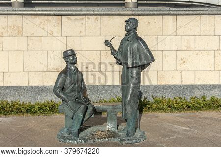 Russia, Moscow 14,08,2018 Monument To Sherlock Scholms And Doctor Watson On The Smolenskaya Embankme