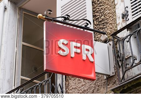 Bordeaux , Aquitaine / France - 08 04 2020 : Sfr Logo Red Sign And Text On Store French Phone Operat