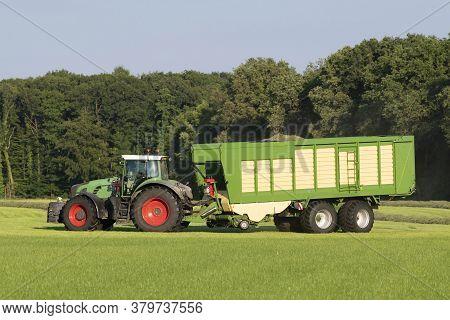 Groene Tractor Die Gemaaid Gras Opraapt Met Een Groene Opraapwagen In De Zomer In Nederland