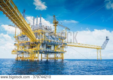 Offshore Oil And Gas Processing Platform, Oil And Gas Industry To Treat Raw Gases And Sent To Onshor