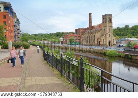 Sheffield, Uk - July 10, 2016: People Walk Along River Don In Sheffield, Yorkshire, Uk. Sheffield Is