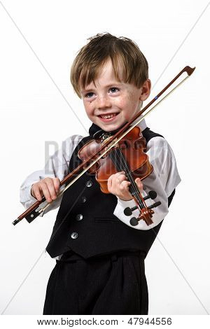 Pecosa a pelo rojo niño tocando el violín.