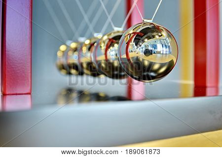 close up 5 Balls Pendulum, chrome Newton's cradle