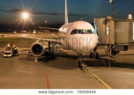vliegtuig op de luchthaven geparkeerd in de nacht