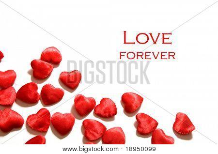 Pequeños corazones sobre fondo blanco. Composición de temas como el amor, día de los enamorados, vacaciones.