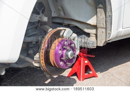maintenance disk brake of modified cars in garage