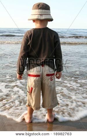 kleiner Junge am Strand