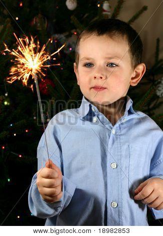 Kind gerade ein cool Feuerwerk, Wunderkerzen.