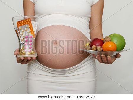 Pregnant Woman holding Medizin und Früchte. Neun Monate. Dritten trimester