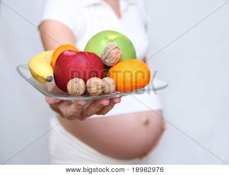 schwangere Frau Holding Früchte. neun Monate. dritten trimester